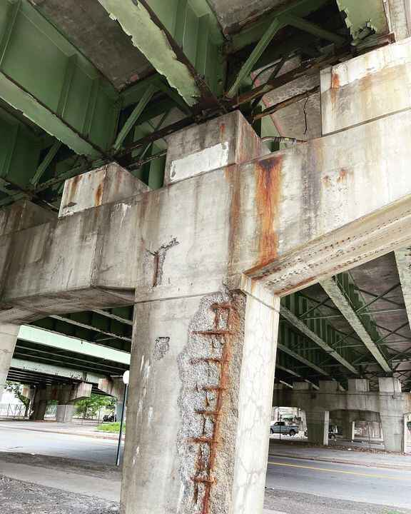 @nygovcuomo This bridge on the overpass here in #Syracuse on E Fayette St is about to collapse.  @pete.buttigieg   Just ...