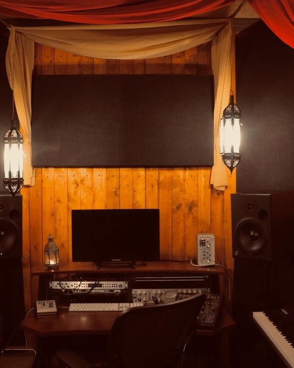 The Lodge: Newly designed writing suite at TempleBase Studios. Photos by: Shoshanim